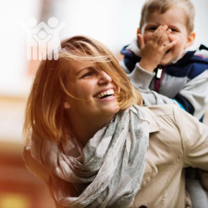 Dieta Lublin - Zdrowie kobiety, Gastromed, kobieta z chłopcem na plecach, uśmiechnięci