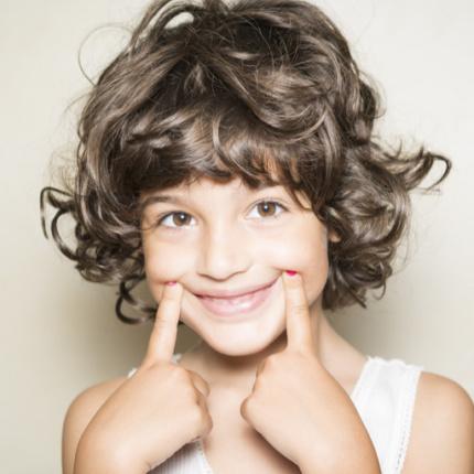 choroby jamy ustnej, Gastromed, dziewczynka uśmiechnięta